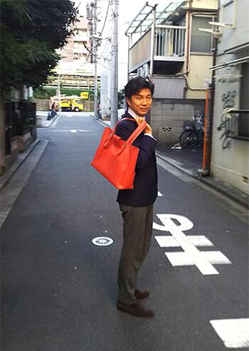 moeのトートバッグを持つDHE柳原さん