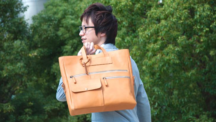 moeの革のバッグの撮影モデルの完山さん