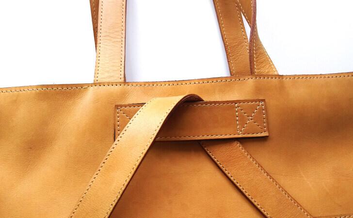 革の3wayバッグ。リュックスタイル時には裏側のガイドにストラップを通す