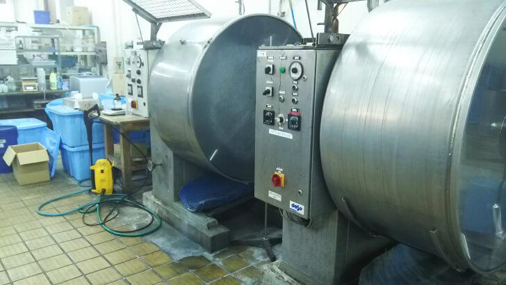 皮革工業技術支援センターにある革の鞣し設備