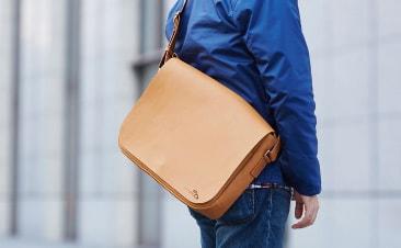 a9fb67336775 革のショルダーバッグ。PCが入る人気のメッセンジャーバッグ | moe