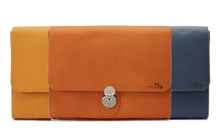 革のクラッチバッグsnazzyは、キャメル、レンガ、チャコールグレーの3色