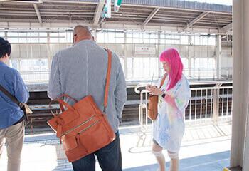 駅のホームの天久さんと理恵さん