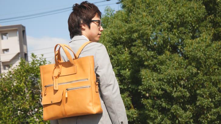 urchin3Wayバッグを背負う完山さん