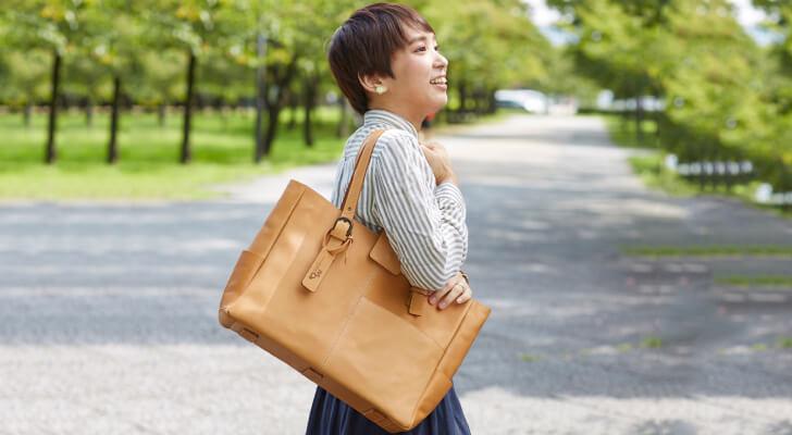 ファッションだけでなくビジバッグにも使える革のトートバッグ