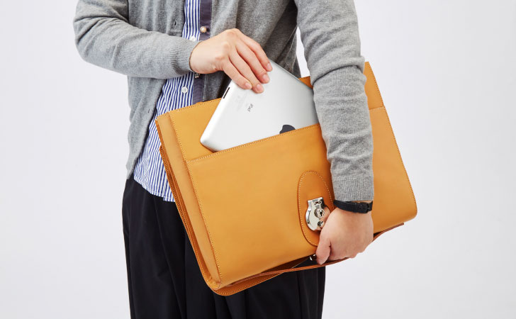 タブレットが入る大きさのクラッチバッグがおすすめ