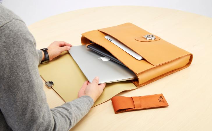 PCやタブレットなと必要なものを少なくして持ち歩くクラッチバッグ
