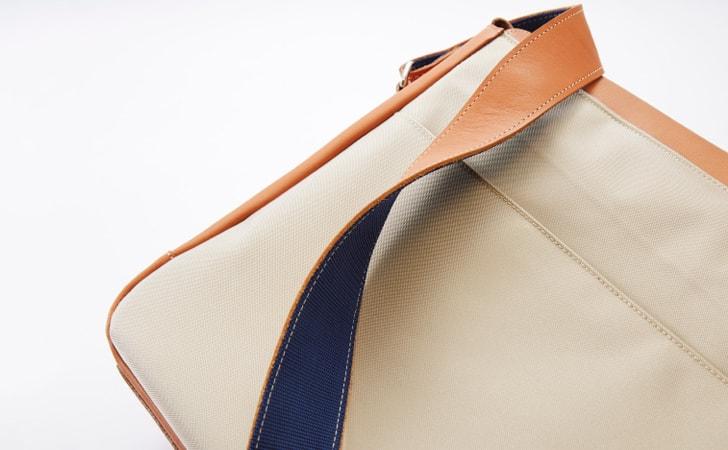 革の色落ち対策で裏面にはナイロン素材を使った革のメッセンジャーバッグcolitish