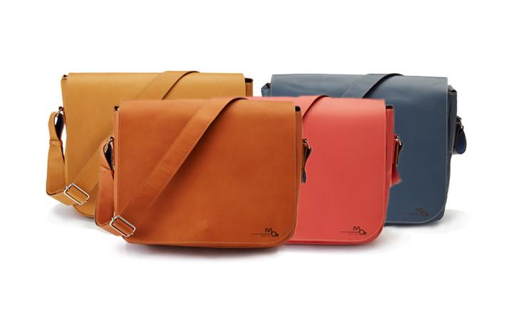 B5、タブレットが入るコンパクトサイズの革のメッセンジャーバッグ