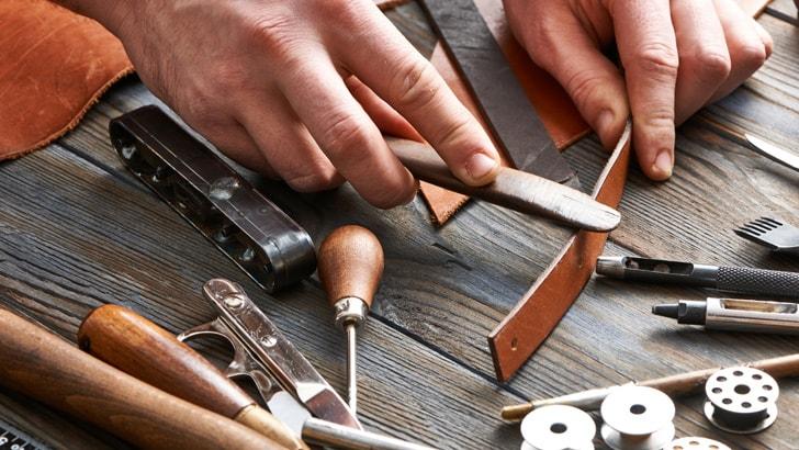 革のコバ磨きは職人の腕の見せどころ
