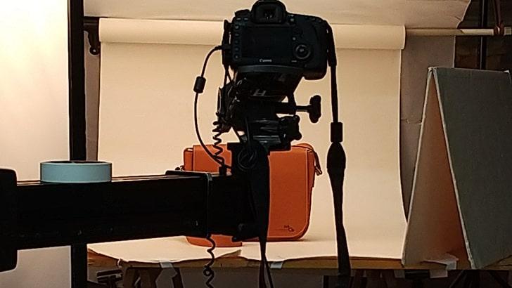 スタジオで撮影するmoeの革のバッグ