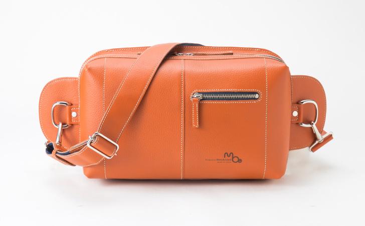 革のボディバッグ。B5サイズでおすすめのバッグ